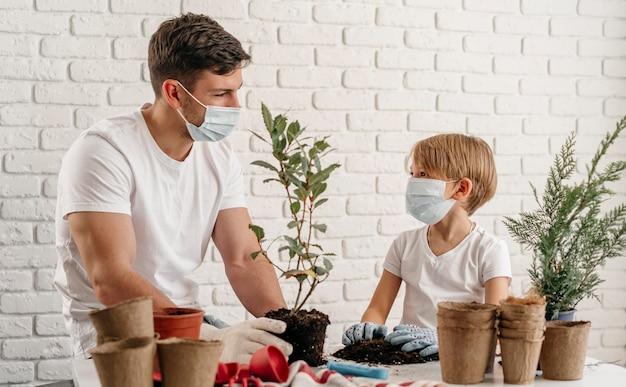 Vater und sohn lernen zu hause gemeinsam gartenarbeit