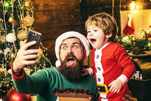 Vater und sohn machen am weihnachtstag ein selfie