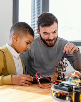 Vater und sohn machen roboter