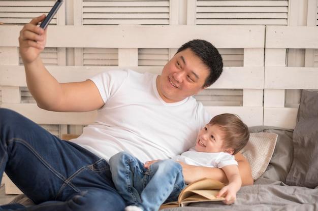 Vater und sohn machen selfie