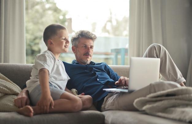 Vater und sohn mit einem laptop