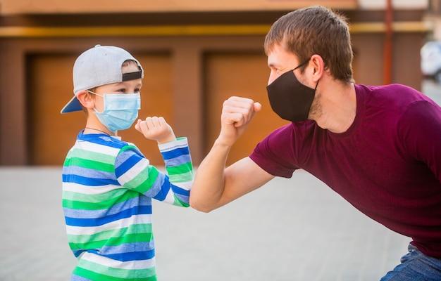 Vater und sohn mit maskenstoßbögen