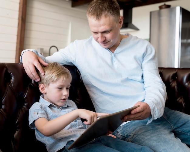 Vater und sohn mit tablette