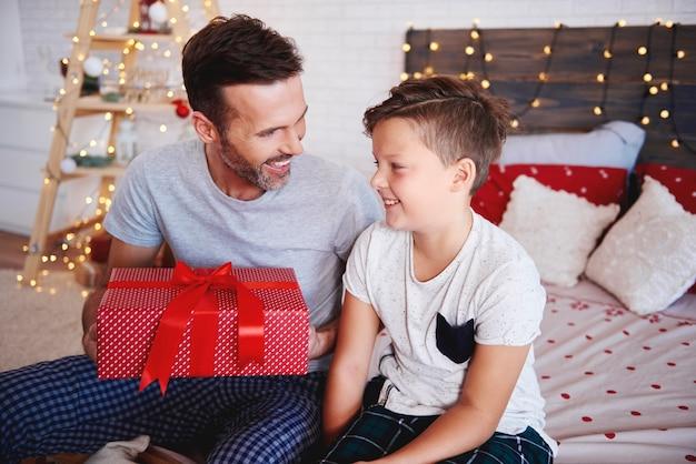 Vater und sohn mit weihnachtsgeschenk
