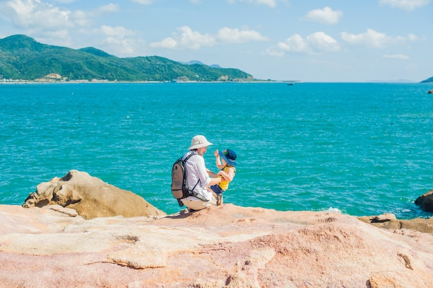 Vater und sohn reisende am kap hon chong, garden stone, beliebte touristenziele in nha trang. vietnam