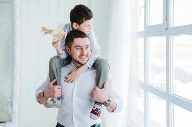Vater und sohn spielen am vatertag zusammen