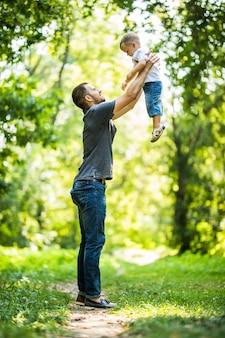 Vater und sohn spielen im park