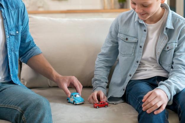 Vater und sohn spielen im wohnzimmer