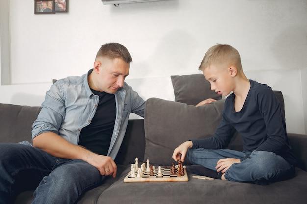 Vater und sohn spielen schach