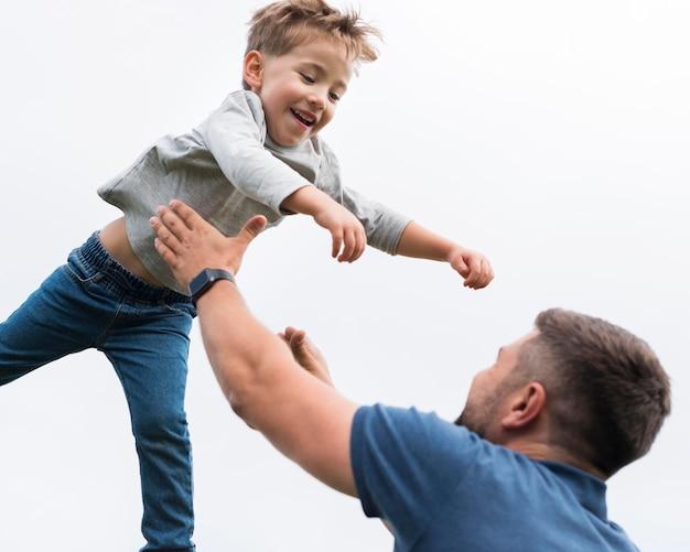 Vater und sohn spielen und verbringen zeit miteinander