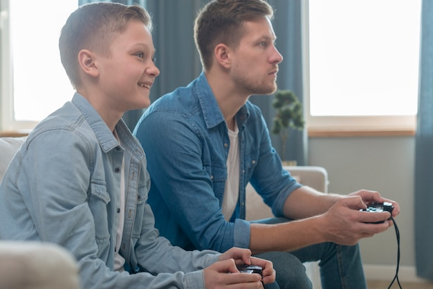 Vater und sohn spielen zusammen videospiele