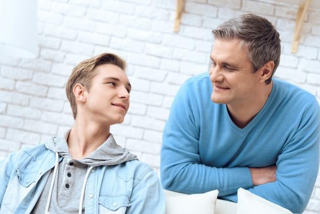 Vater und sohn sprechen miteinander.
