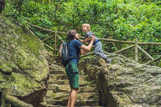 Vater und sohn touristen gehen die treppe hinunter