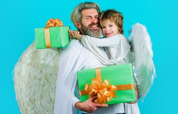 Vater und sohn valentinsgrußengel. valentinsgrußamor mit geschenkbox.