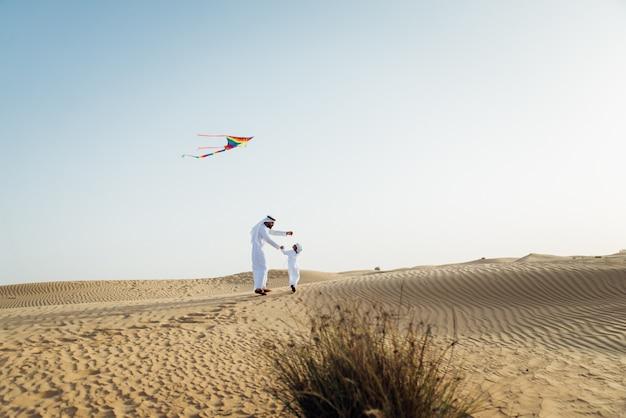 Vater und sohn verbringen zeit in der wüste