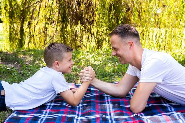 Vater und sohn verbringen zeit miteinander