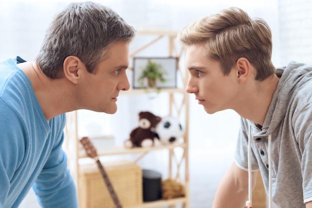 Vater und sohn versuchen sich gegenseitig einzuschüchtern.