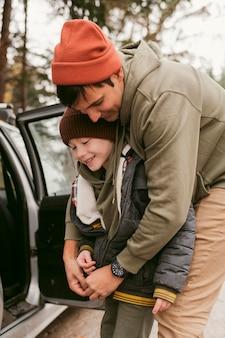 Vater und sohn zusammen im freien auf einem roadtrip