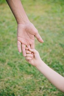 Vater und sohn zusammen im freien