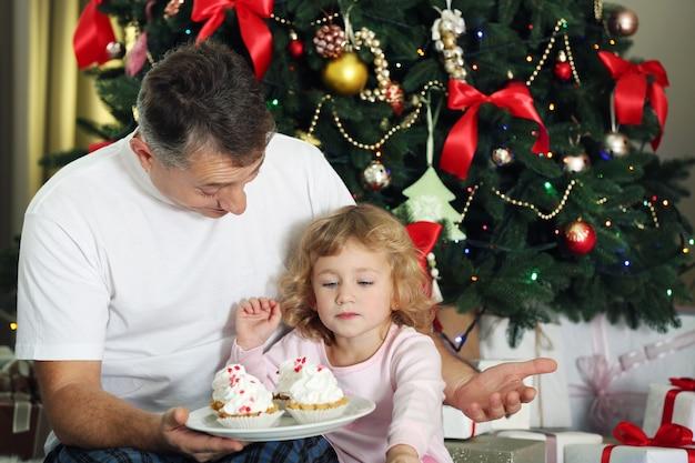 Vater und tochter am weihnachtstag