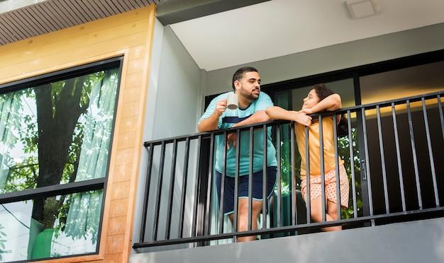 Vater und tochter auf dem balkon