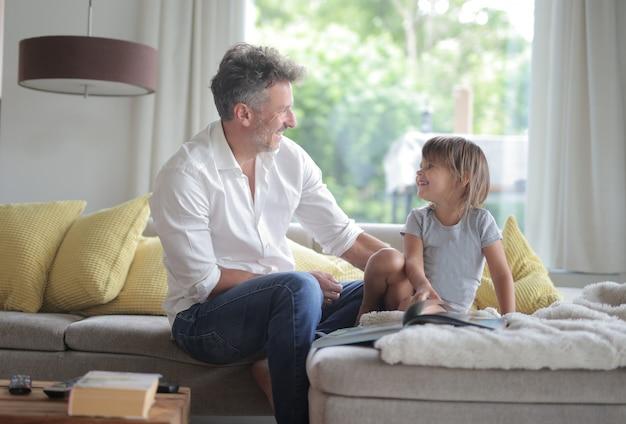 Vater und tochter auf dem sofa