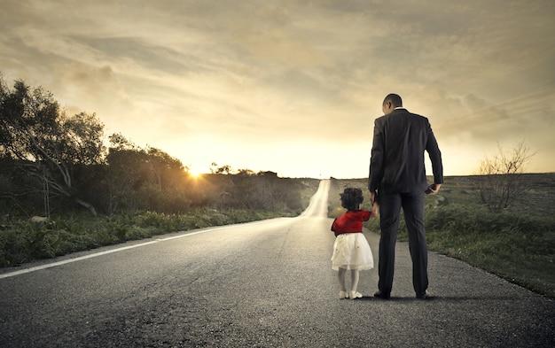 Vater und tochter auf der straße
