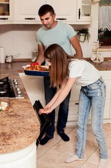 Vater und tochter bereiten essen in der küche zu