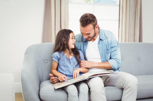 Vater und tochter, die ein buch lesen