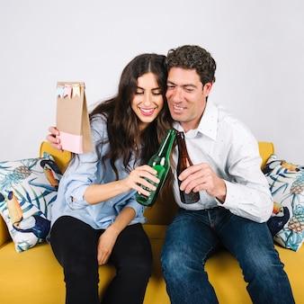 Vater und Tochter, die Flaschen umarmen und klirren