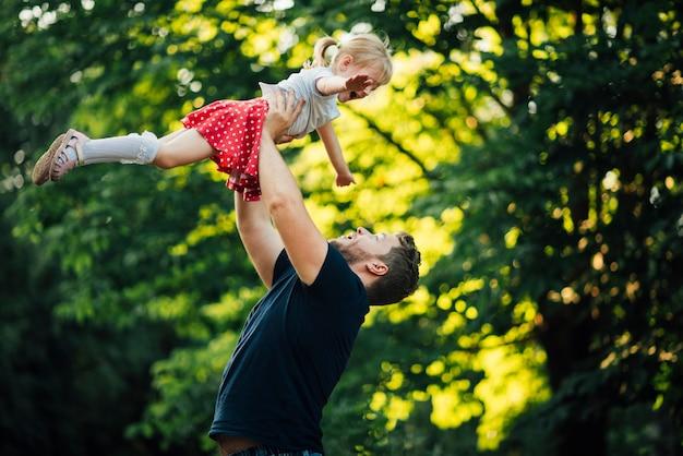 Vater und tochter, die im park spielen