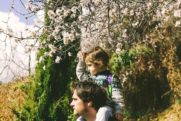 Vater und tochter, die in natur gehen