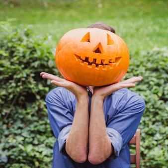 Vater und tochter, die kürbis für halloween schnitzen