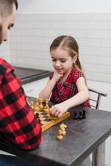 Vater und tochter, die schach am vatertag spielen