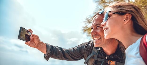 Vater und tochter, die selfie mit intelligentem telefon machen