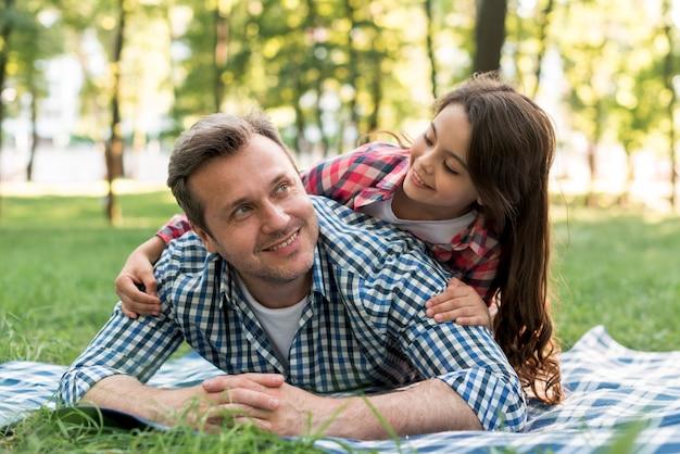 Vater und tochter, die spaß im park haben