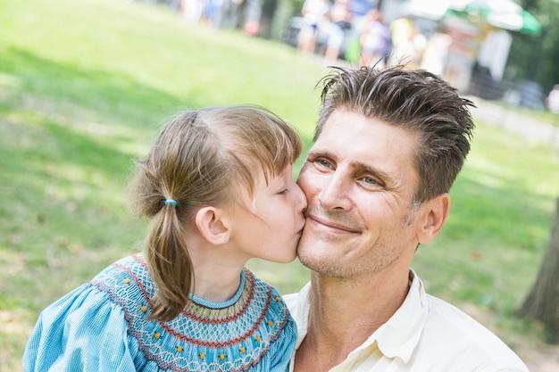 Vater und tochter, die zusammen am park spielen