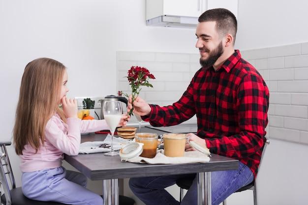 Vater und tochter frühstücken am vatertag