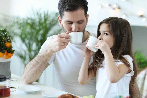 Vater und tochter frühstücken in der küche