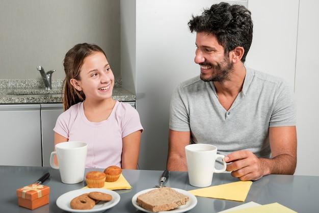 Vater und tochter in der küche am vatertag