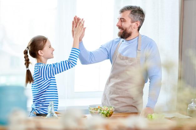 Vater und tochter kochen