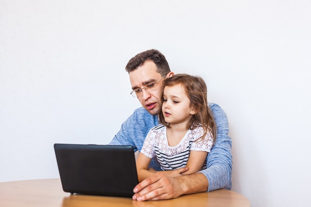 Vater und tochter kommunizieren über das internet mit ihren verwandten