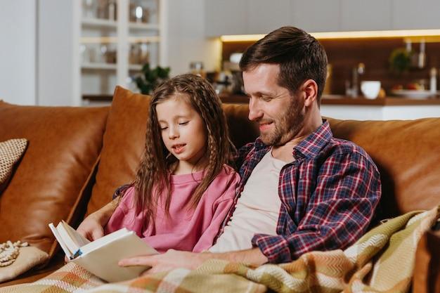 Vater und tochter lesen zu hause ein buch