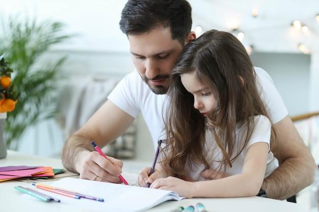 Vater und tochter machen hausaufgaben