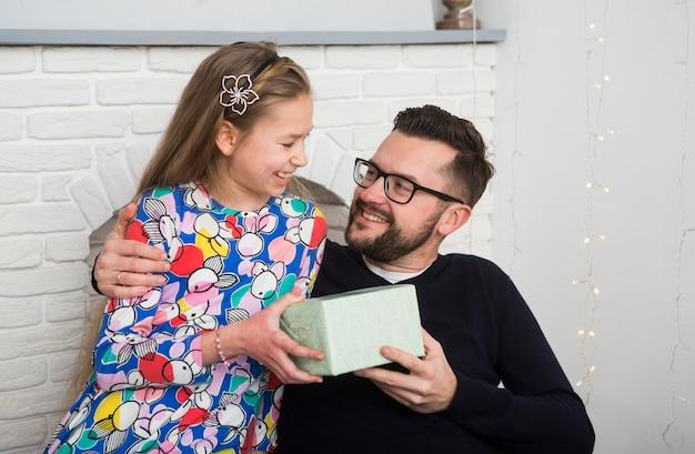 Vater und tochter mit geschenkbox