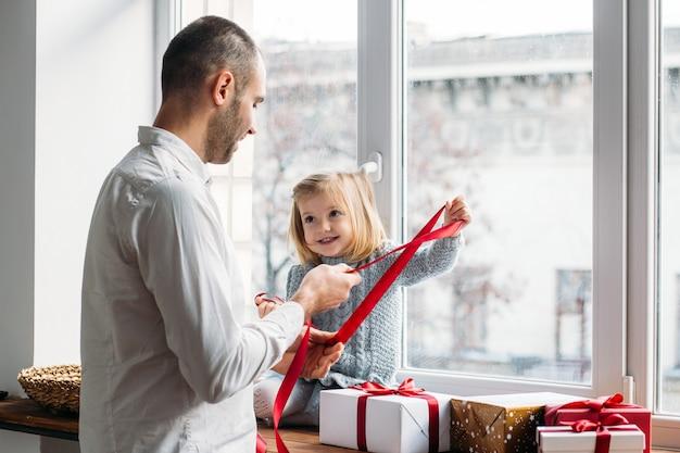 Vater und tochter mit geschenken