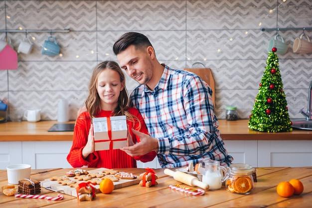 Vater und tochter mit weihnachtsgeschenk