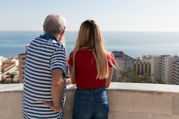 Vater und tochter schauen auf die stadt