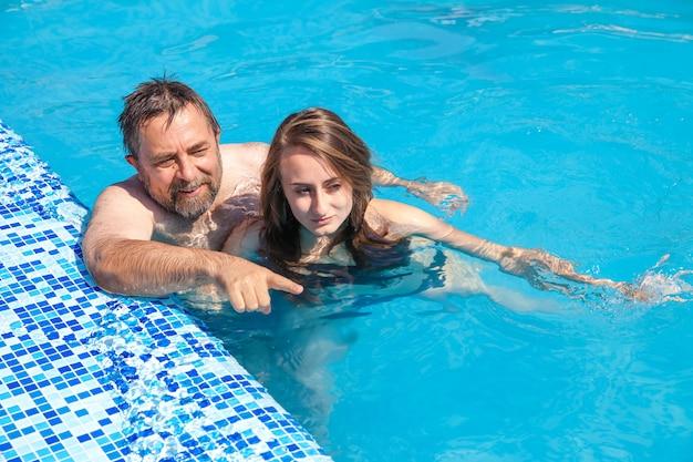 Vater und tochter schwimmen im kot