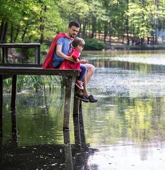 Vater und tochter spielen einen superhelden